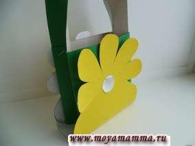 зеленая сумочка с желтыми цветами из бумаги