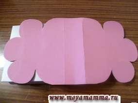 Вырезание внешней стороны сумки из цветной бумаги