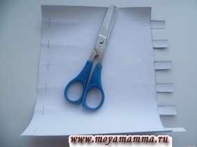 """Вырезаем с боковой стороны своеобразные """"ушки"""" через каждые 2 см длиной 1,5 см. С противоположной стороны вырезаем петельки, отступив от края на 1 см."""