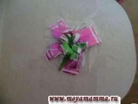 Закрепление цветка на сумке из бумаги