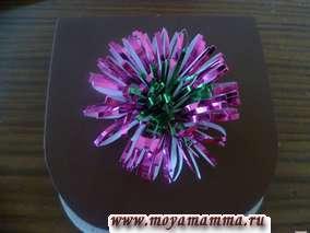 Прикрепление цветка из фольги к сумке из бумаги