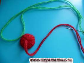 Изготовление помпона из красных ниток