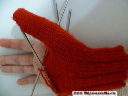 Примерка варежки с вывязанным большим пальцем