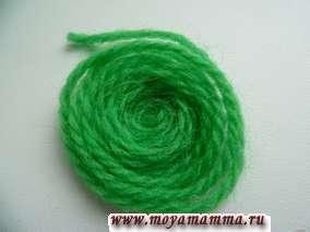 Из вязальных ниток зеленого цвета скручиваем колечки по спирали.