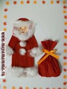 Объемная аппликация Дед Мороз из гофрированной бумаги и ваты
