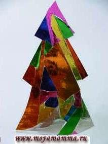 """Аппликация """"Новогодняя елка"""" из обрезков цветной фольги"""