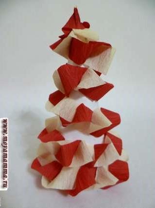 Елка, украшенная гирляндой из бумаги контрастных цветов