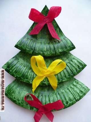 елка, украшенная яркимибумажными бантиками