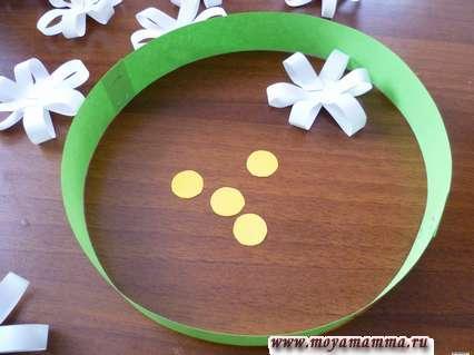 Ободок из зеленой бумаги, ромашки