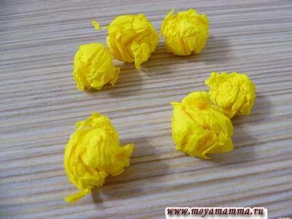 Детали для оформления цветов венка из гофрированной бумаги
