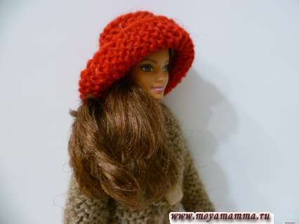 Вязаная красная шляпка на кукле