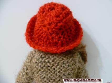 Вид вязаной красной шляпки сзади