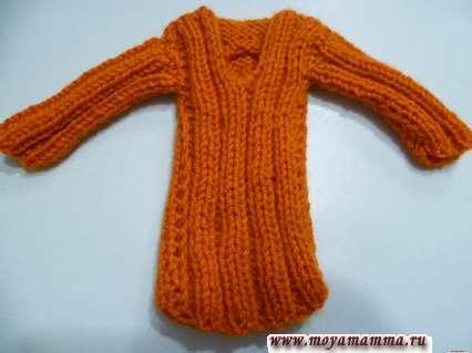 Вязаное платье для куклы с застежкой со спины