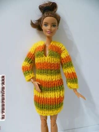 Вязаное резинкой 1х1 платье для куклы барби на спицах
