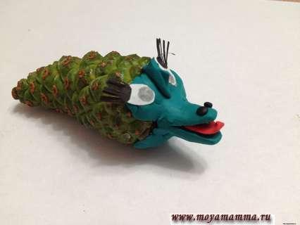 крокодил из шишек и пластилина