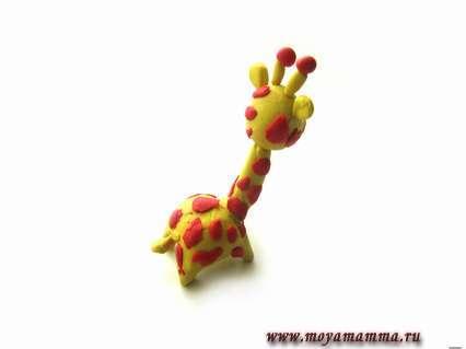 создаем из желтого пластилина маленький хвостик