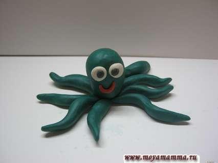 Лепим глаза и ротик осьминогу