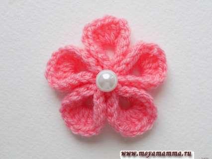 Объемный цветок крючком с бусинкой