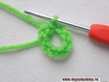 Замыкаем эти петельки в кольцо, провязывая соединительный столбик