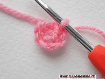 Объемный цветок крючком. Замыкаем эти петельки в кольцо соединительной петлей