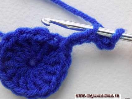 Последующее вязание будем выполнять в третью петлю от крючка