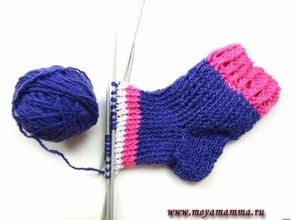 Заменяем нить на розовую, чтобы получить яркий детский носок