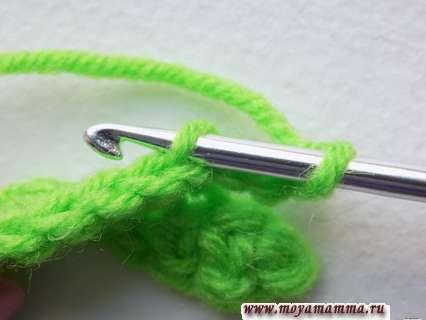 найти четвертую петлю от крючка и ввести крючок в заднюю полупетлю