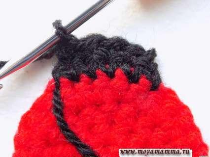 Разворачиваем вязание и выполняем 4 столбика