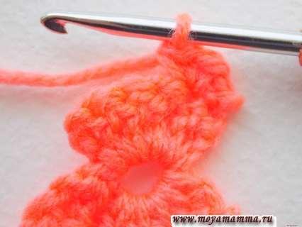 Разворачиваем вязание и выполняем нижнее крылышко