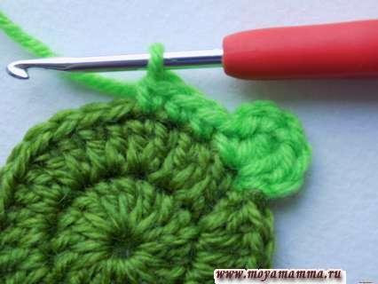 по краю провязываем ярко-зеленой нитью 3 обычных столбика