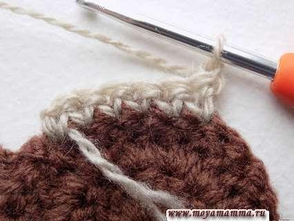 Разворачиваем вязание мордочки, затем выполняем одну петельку подъема