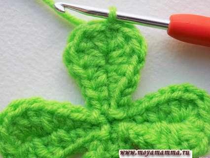 Заканчиваем вязание листочка соединительным столбиком