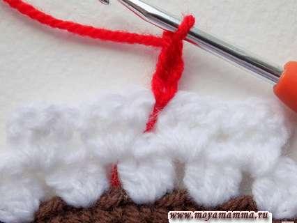 Начало вязания вишенки для украшения пирожного