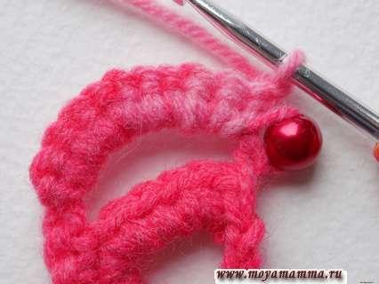 Разворачиваем вязание тесьмы и делаем одну петельку