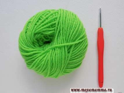 Пряжа и крючок для вязания клевера