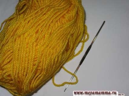 Желтая пряжа и крючок