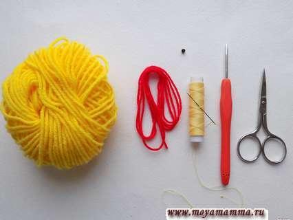 Пряжа, крючок и ножницы