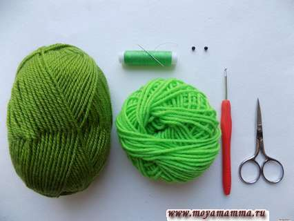 Пряжа зеленого цвета и крючкок