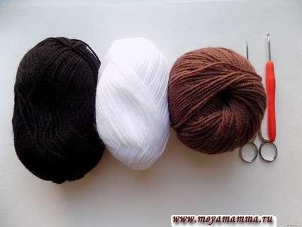 пряжа коричневого, белого и черного цвета