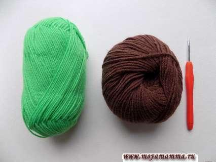 пряжа зеленого и коричневого цвета