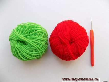 пряжа зеленого и красного цвета