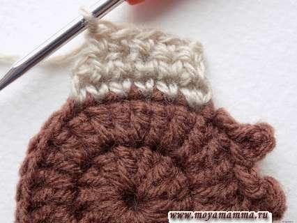 поворачиваем вязание и, пропустив одну петлю, вяжем 4 столбика