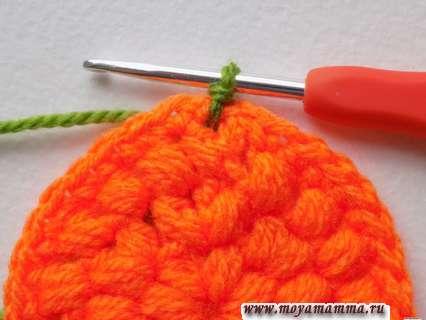 Начало вязания зеленой пряжей