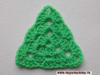 треугольная зеленая заготовка для елочки