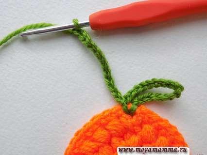 Для вязания листочка выполним 12 петелек