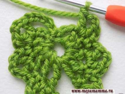 вязание левой половины листочка выполняем симметрично, но в обратном порядке