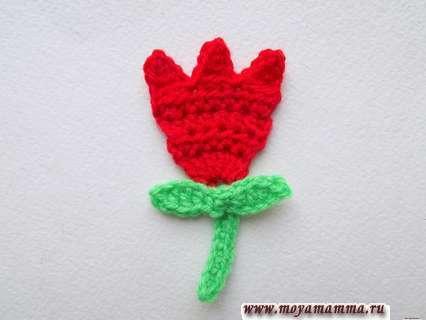 связанный крючком тюльпан