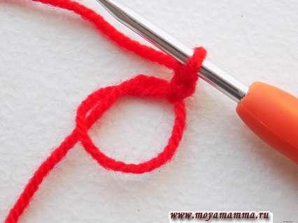 Формируем скользящую петлю и вяжем на ней пару петелек для подъема