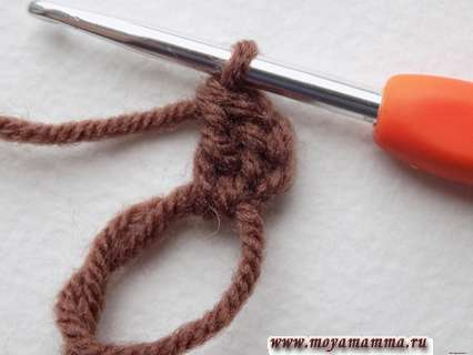 связать небольшую цепочку, состоящую из трех петелек