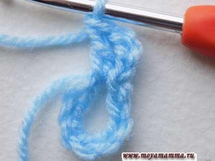 В образовавшееся кольцо начнем провязывать столбики с накидом